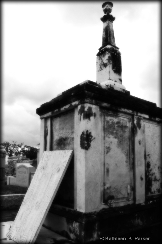 Tomb in BW