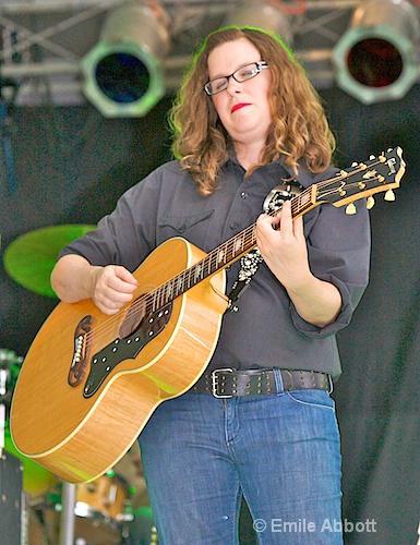 Elizabeth McQueen, Vocal & Rhythm Guitar