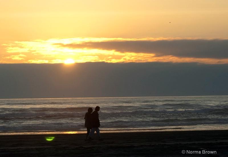 Strolling the Ocean at Sunset / Longbeach, WA