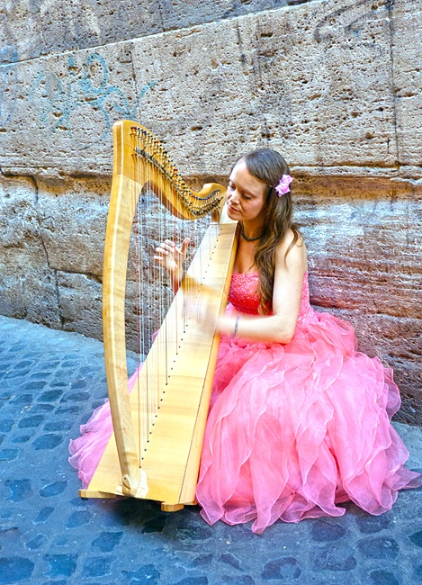 Harpist on Via dei Pettinari