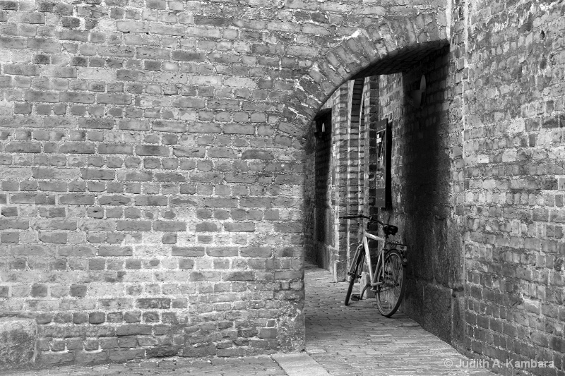 bike in an alley in black & white