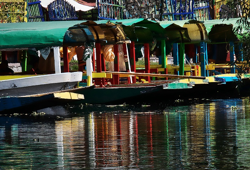 Trajineras and their colourful reflection