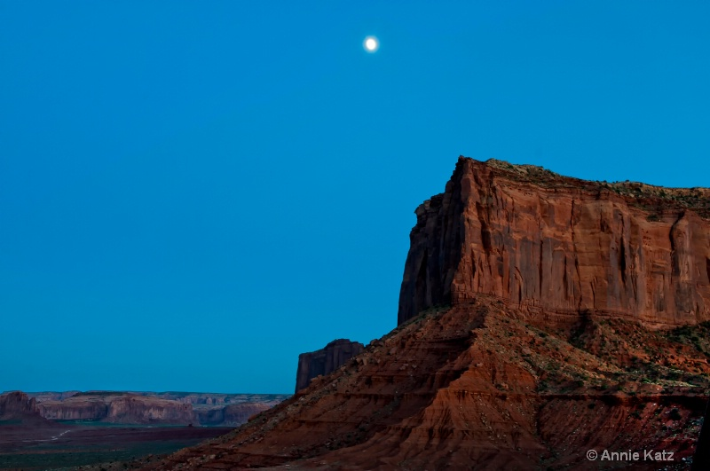 the moon over monument valley - ID: 11213893 © Annie Katz