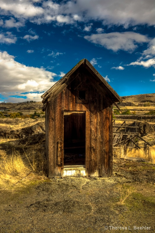 Outhouse - The Dalles - ID: 13848336 © Theresa Beehler
