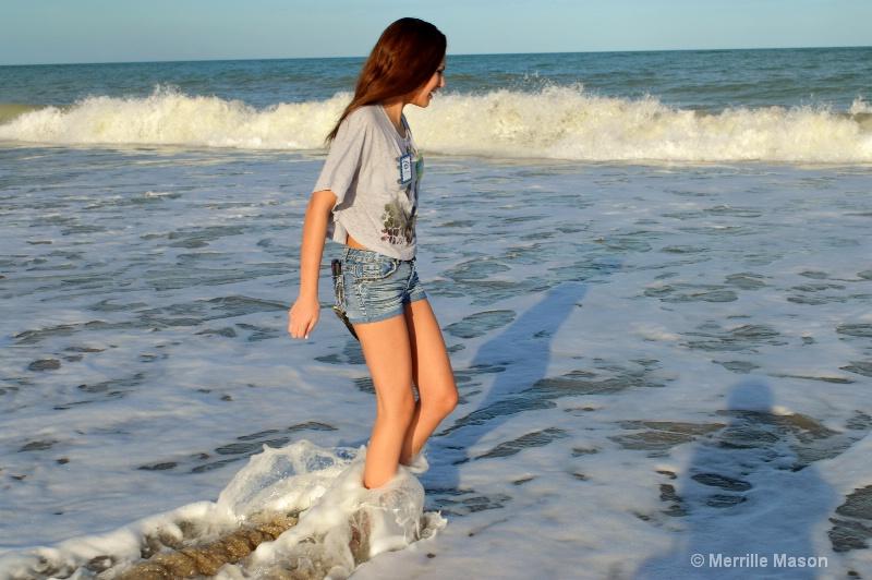 watching waves - ID: 14346648 © Merrille Mason
