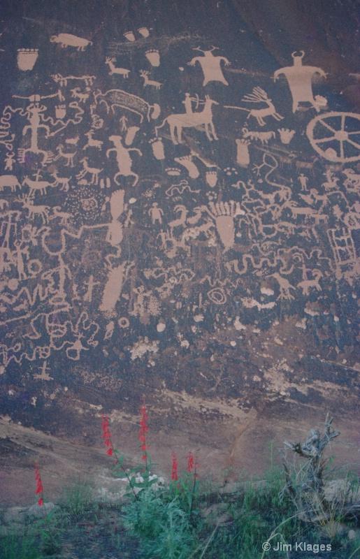 Newspaper Rock Petroglyphs - ID: 14352527 © Jim Klages
