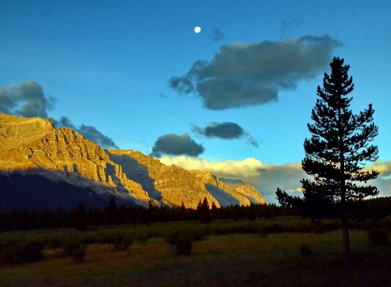 Sunrise and the Moon - ID: 15075605 © Doug Newman