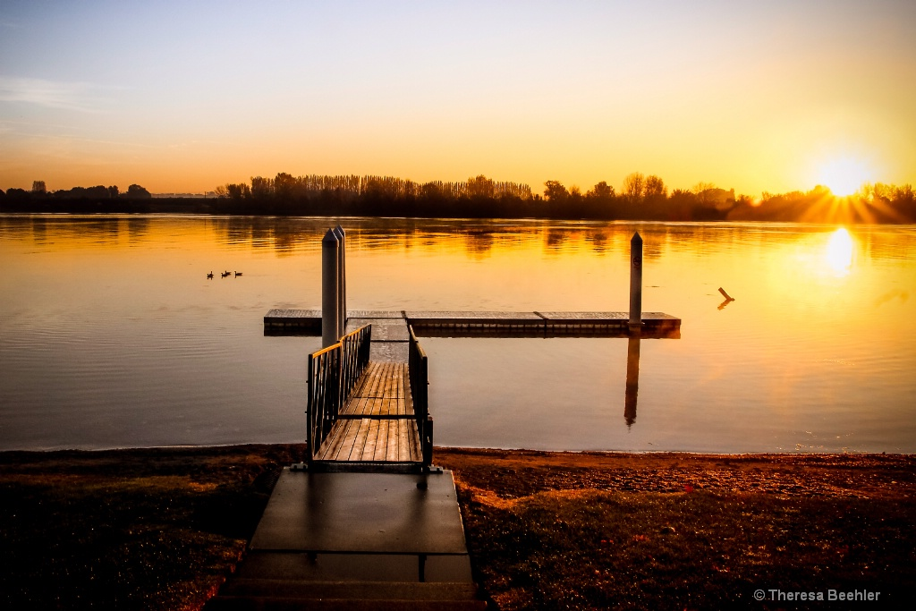 Sunrise - quiet - ID: 15473682 © Theresa Beehler
