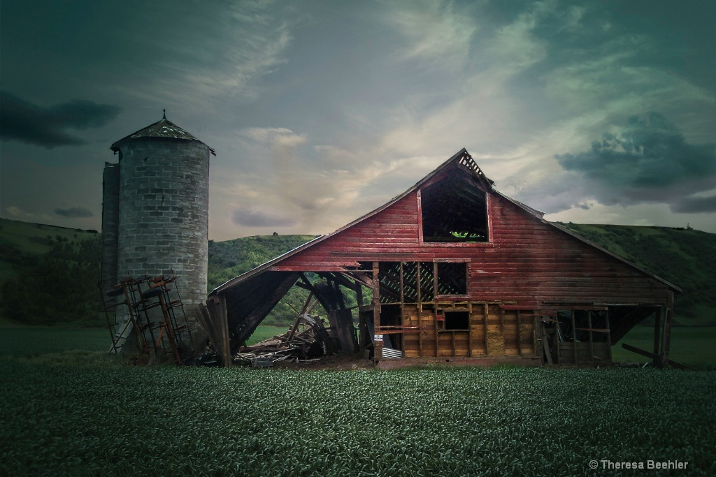 Country Life - Red Barn and Silo - ID: 15679820 © Theresa Beehler